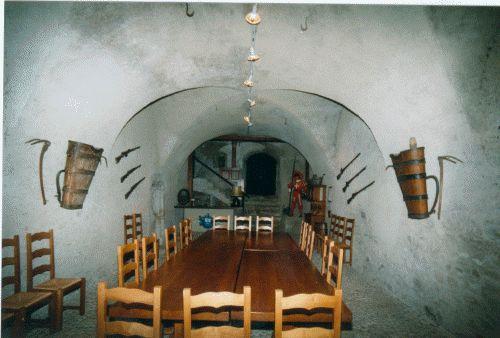 Visitez notre caveau ! - La Noble Abbaye des Écharpes Blanches de ... 0cc3e6e5f81