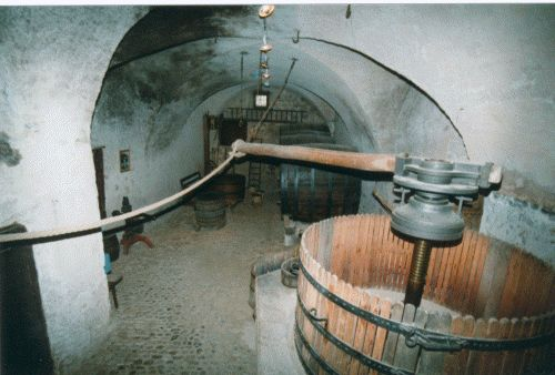 981b65f59a3a Visitez notre caveau ! - La Noble Abbaye des Écharpes Blanches de ...